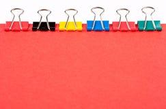 Os grampos de papel coloridos alinharam Fotografia de Stock