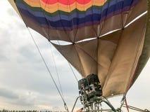 Os grandes queimadores poderosos do ferro do metal, grande arco-íris redondo brilhante multi-colorido térmico coloriram balão lis imagem de stock
