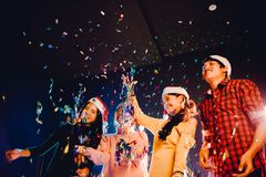 Os grupos de amigos são homens asiáticos e as mulheres comemoram o partido do Natal e do ano novo foto de stock royalty free