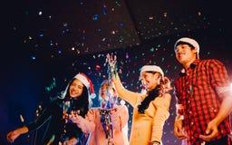 Os grupos de amigos são homens asiáticos e as mulheres comemoram o partido do Natal e do ano novo fotos de stock royalty free