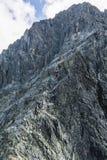 Os grupos de clientes conduziram por guias da montanha no cume nas montanhas foto de stock royalty free