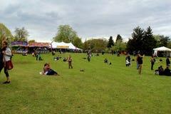 Os grupos de pessoas recolheram junto a escuta a música no festival lilás anual, Rochester, New York, 2016 Foto de Stock