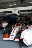 Os grupos de poço de Monaco da equipe A1 inspecionam o carro Imagens de Stock