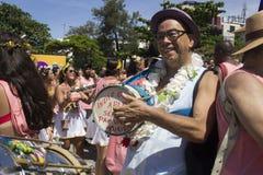 Os grupos de Rio Carnival desfilaram através da cidade e advertem sobre riscos do vírus de Zika imagens de stock