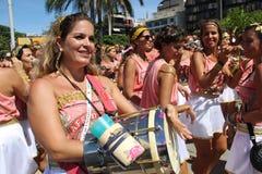 Os grupos de Rio Carnival desfilaram através da cidade e advertem sobre riscos do vírus de Zika imagem de stock
