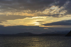 Os grupos do sol nas nuvens Fotos de Stock Royalty Free