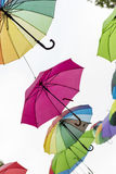 Os guarda-chuvas coloridos decoram a rua da cidade, Imagens de Stock Royalty Free