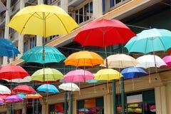 Os guarda-chuvas coloridos suspenderam despesas gerais, Le Caudan Margem, Mau Imagem de Stock