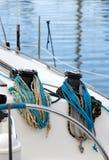 Os guinchos e as cordas de um veleiro, detalhe Fotos de Stock Royalty Free