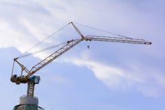 Os guindastes de torre são um formulário moderno do guindaste do equilíbrio que se use na construção de construções altas Imagens de Stock Royalty Free
