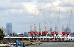 Os guindastes estão funcionando no porto de Rotterdam Fotografia de Stock Royalty Free