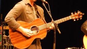 Os guitarristas entregam o jogo da guitarra - fase da montanha do ` s do NPR vídeos de arquivo