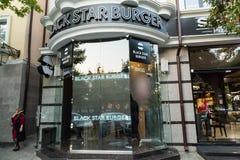 Os hamburgueres da estrela do preto do restaurante abriram em Grozny, Chechnya Fotos de Stock