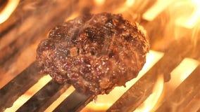 Os hamburgueres do assado da carne da carne ou de carne de porco para o Hamburger preparado grelharam no fogo do BBQ vídeos de arquivo