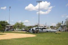 Os helicópteros de MH-60S do mar do helicóptero combatem o esquadrão cinco com descolagem da equipe do EOD da marinha dos E.U. Imagens de Stock
