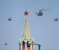 Os helicópteros MI-8 de múltiplos propósitos voam sobre o quadrado vermelho Foto de Stock Royalty Free