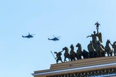 Os helicópteros voam no céu sobre a cidade, podem St Petersburg 2018 Imagem de Stock