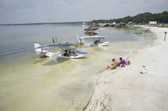 Os hidroaviões amarraram na água pouco profunda no Weir Florida EUA do lago Imagem de Stock