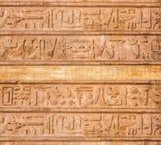 Os hieroglyphs velhos de Egipto cinzelaram na pedra foto de stock royalty free