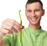 Os higienistas dentais do doutor do dentista guardam a escova de dentes para escovar os dentes foto de stock royalty free
