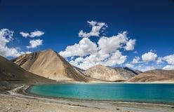 Os Himalayas variam e o lago-Ladakh do Tso de Pangong, Índia Imagem de Stock
