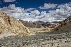 Os Himalayas variam e o lago-Ladakh do Tso de Pangong, Índia Foto de Stock Royalty Free