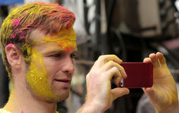 Os hindus do tiro do turista comemoram Holi ou o festival hindu indiano das cores um acontecimento anual Foto de Stock Royalty Free