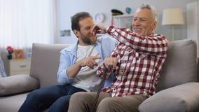 Os homens adultos alegres que compartilham de mem?rias genam e filho que graceja e que tem o bom tempo filme