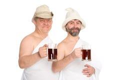 Os homens alegres bebem kvas - pane o suco, banho do russo imagem de stock royalty free