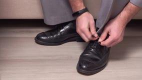 Os homens amarram suas sapatas antes do evento, Bridegirl ligam suas sapatas em preto e branco um marido futuro aperta acima para vídeos de arquivo