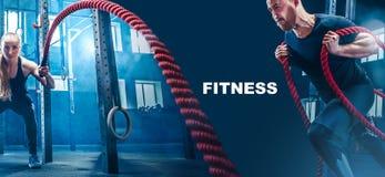 Os homens com corda da batalha lutam cordas exercitam no gym da aptidão imagens de stock royalty free