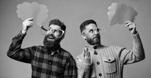 Os homens com o moderno maduro da barba e do bigode vestem mon?culos engra?ados Explique o conceito do humor Est?ria boa e humor  fotos de stock royalty free