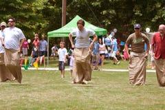 Os homens competem na raça de saco no festival de mola Foto de Stock Royalty Free