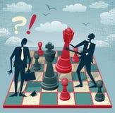 Os homens de negócio abstratos jogam um jogo de xadrez Fotografia de Stock