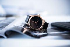 Os homens de negócio elegantes não formam nenhum relógio de pulso do tipo, forma a dos homens Imagem de Stock
