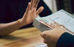 Os homens de negócio estão recusando obter pagos com benefícios que o fazem trabalhar mais rapidamente do que outro O conceito de Foto de Stock Royalty Free