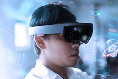 Os homens de negócio pisam no mundo da realidade virtual com Hololens Imagens de Stock