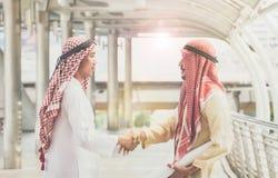 Os homens de negócios árabes agitam as mãos e aceitam negócios de negócio para o teamw fotos de stock royalty free