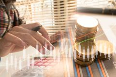 Os homens de negócios calculam sobre o custo e fazer finança em casa imagem de stock royalty free