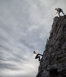 Os homens de negócios colaboram para conseguir um objetivo Fotografia de Stock Royalty Free