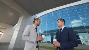 Os homens de negócios discutem perspectivas da cooperação com um sócio novo potencial filme