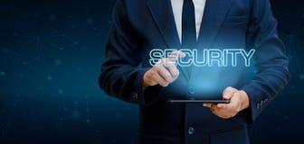 Os homens de negócios do mundo do planeta da malha do polígono da terra agitam as mãos para proteger a informação no Cyberspace O Fotografia de Stock