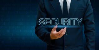Os homens de negócios do mundo do planeta da malha do polígono da terra agitam as mãos para proteger a informação no Cyberspace O Foto de Stock