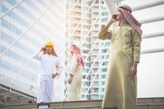 Os homens de negócios e os arquitetos árabes da conferência usam uma comunicação demasiado imagem de stock royalty free