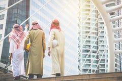 Os homens de negócios e os arquitetos árabes reunem-se para trabalhar junto para a A.A. foto de stock royalty free