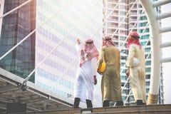 Os homens de negócios e os arquitetos árabes reunem-se para trabalhar junto para a A.A. fotografia de stock royalty free