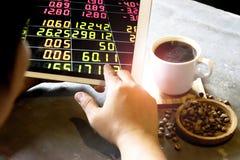 Os homens de negócios estão analisando o mercado de valores de ação na manhã de segunda-feira fotografia de stock royalty free
