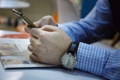 Os homens de negócios estão trabalhando no café Imagens de Stock Royalty Free
