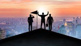 Os homens de negócios na realização e no conceito dos trabalhos de equipe fotografia de stock