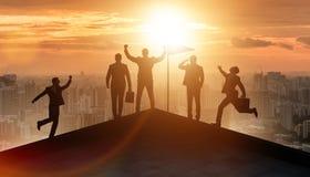 Os homens de negócios na realização e no conceito dos trabalhos de equipe imagem de stock royalty free